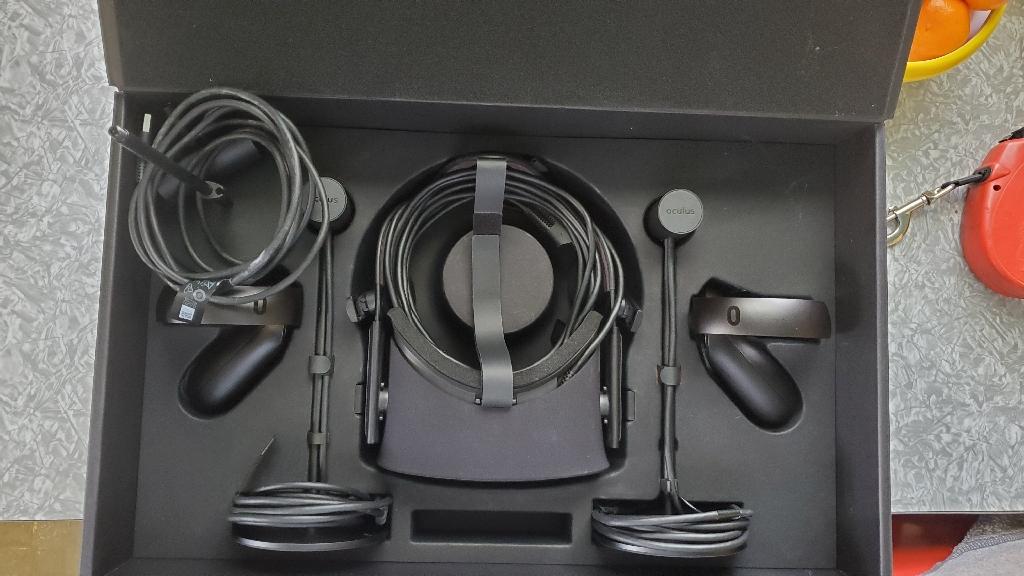 New 1 Oculus Rift, 2 Touch Controllers, 3 Sensors