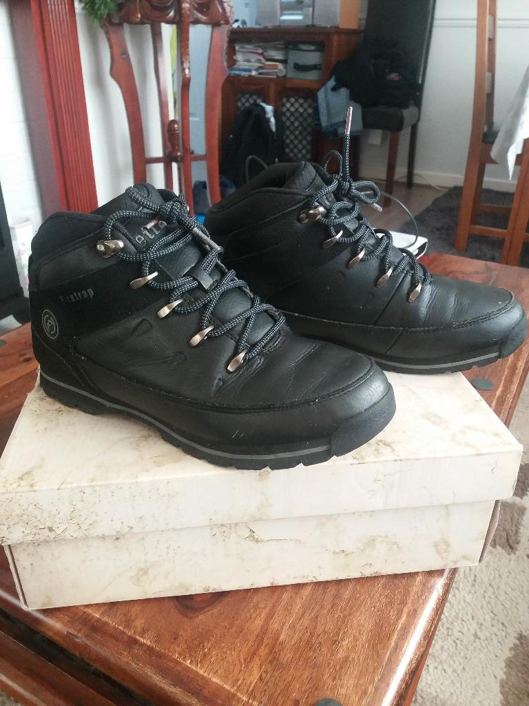 Boys boots size 6