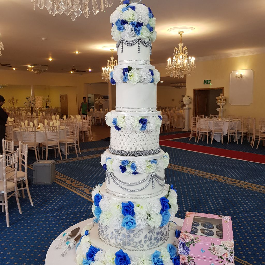 Touch of blue wedding cake