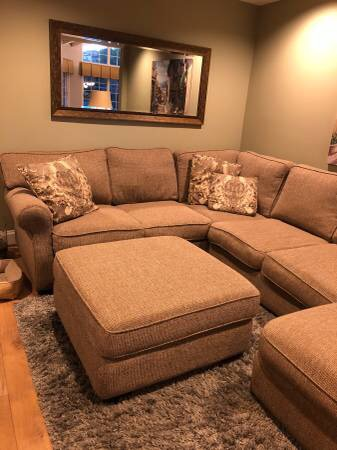 Large Sectional with Ottoman - $500 (Thousand Oaks)