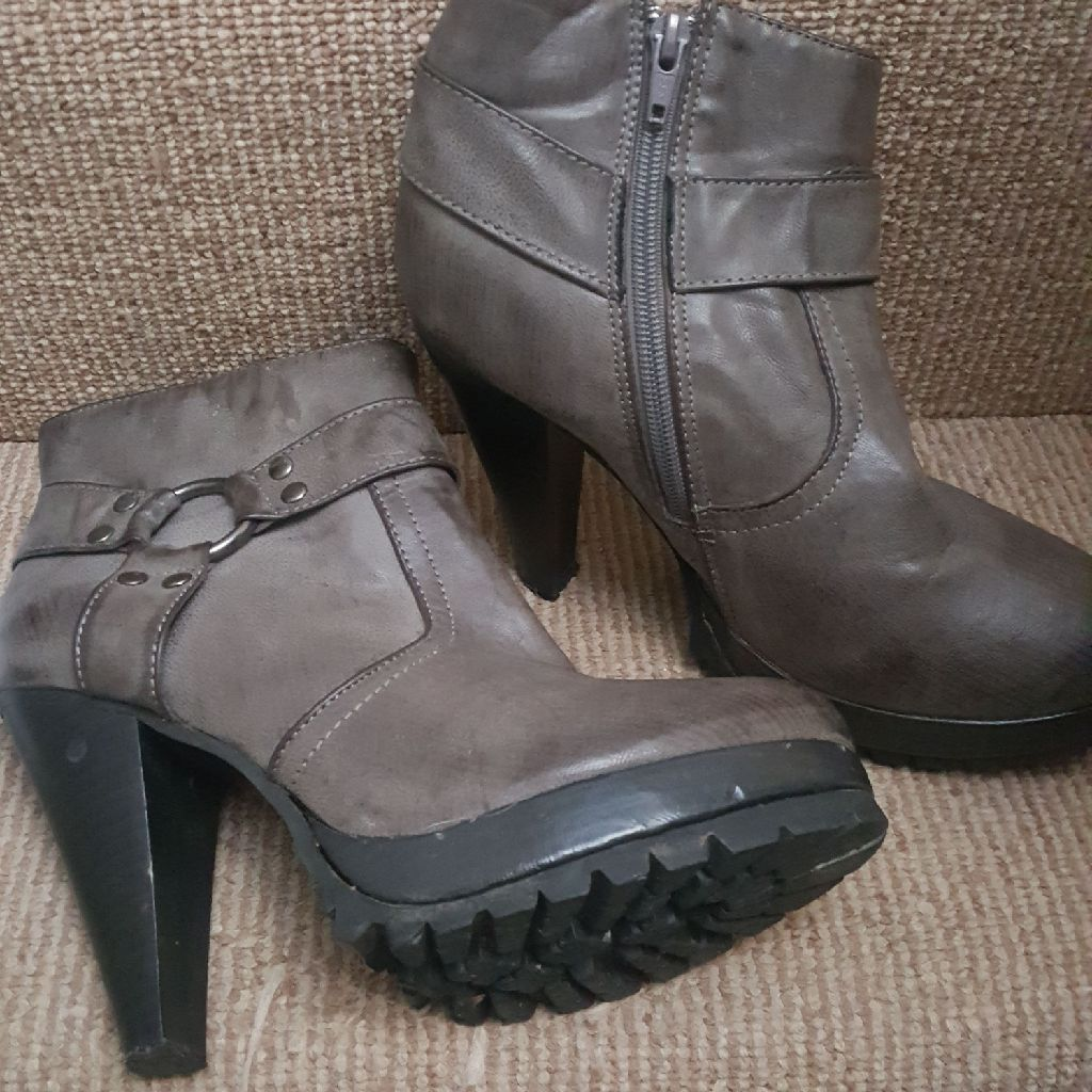 Select high heeled boots size 6