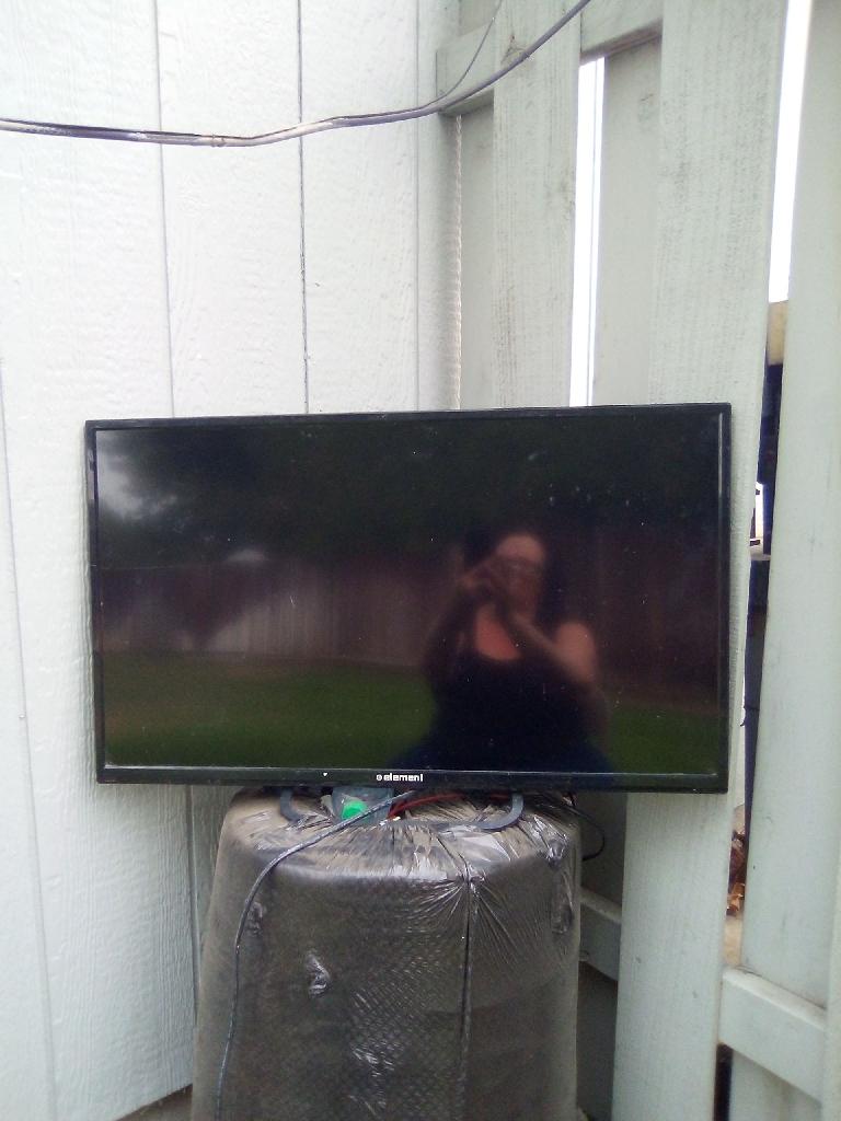 Element 32' Flat Screen T.V.