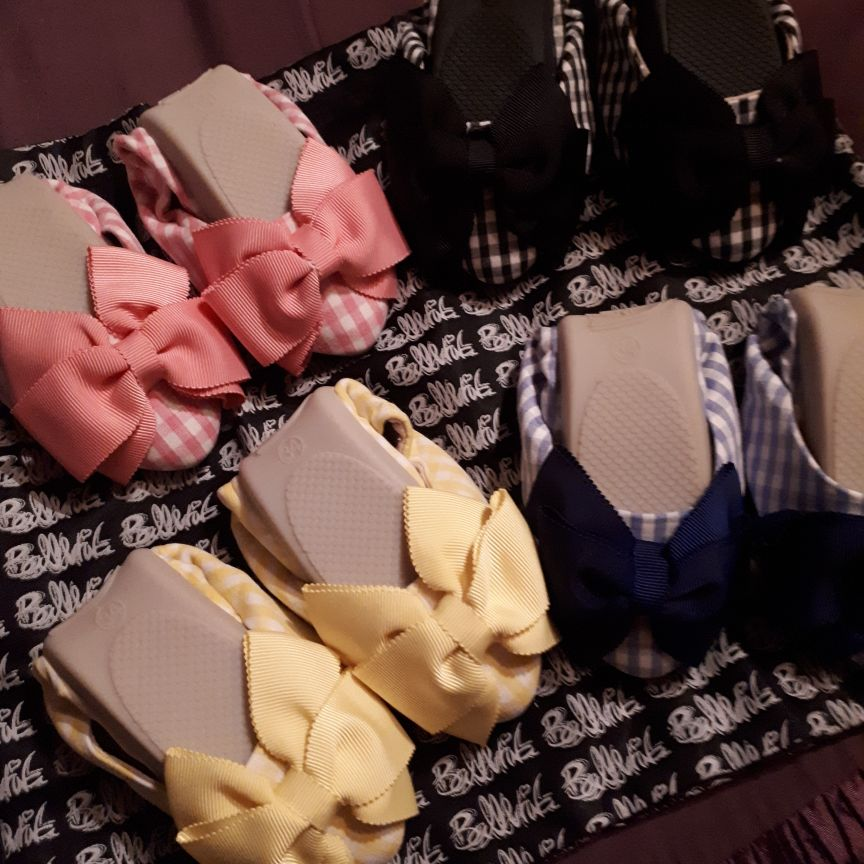 4 pairs of size 34 (2.5) fold up shoes