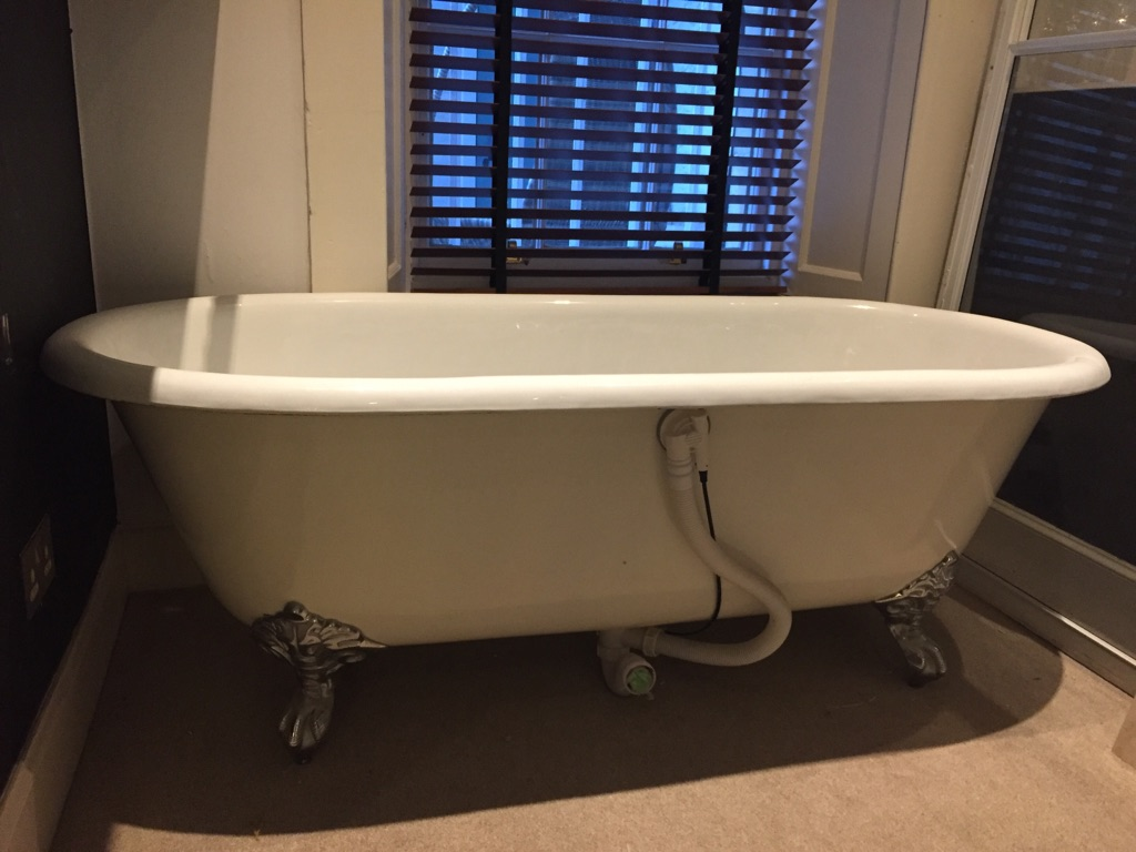 Vintage style free standing roll top bath