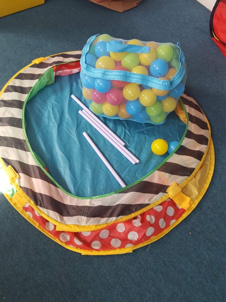 Ball pit with balls and support rods