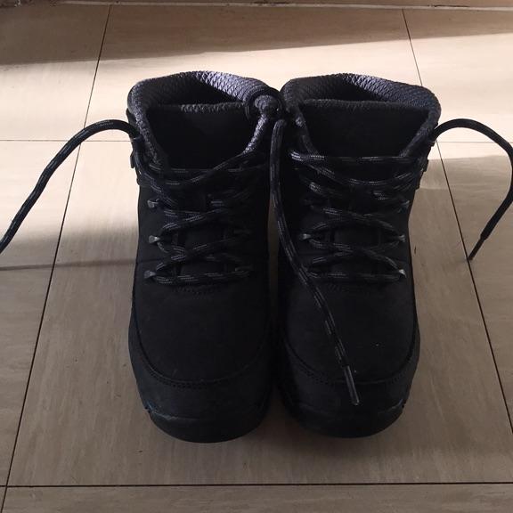 Boys black boots size4