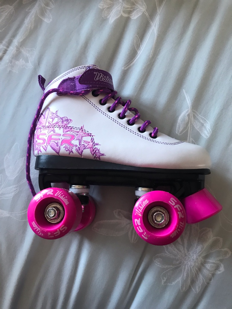Girls roller skates & pad set