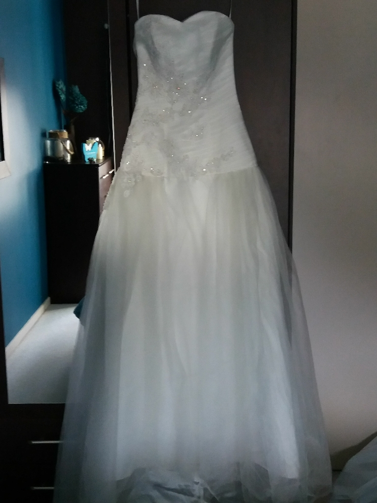 Brand new ivory wedding dress size 8-10
