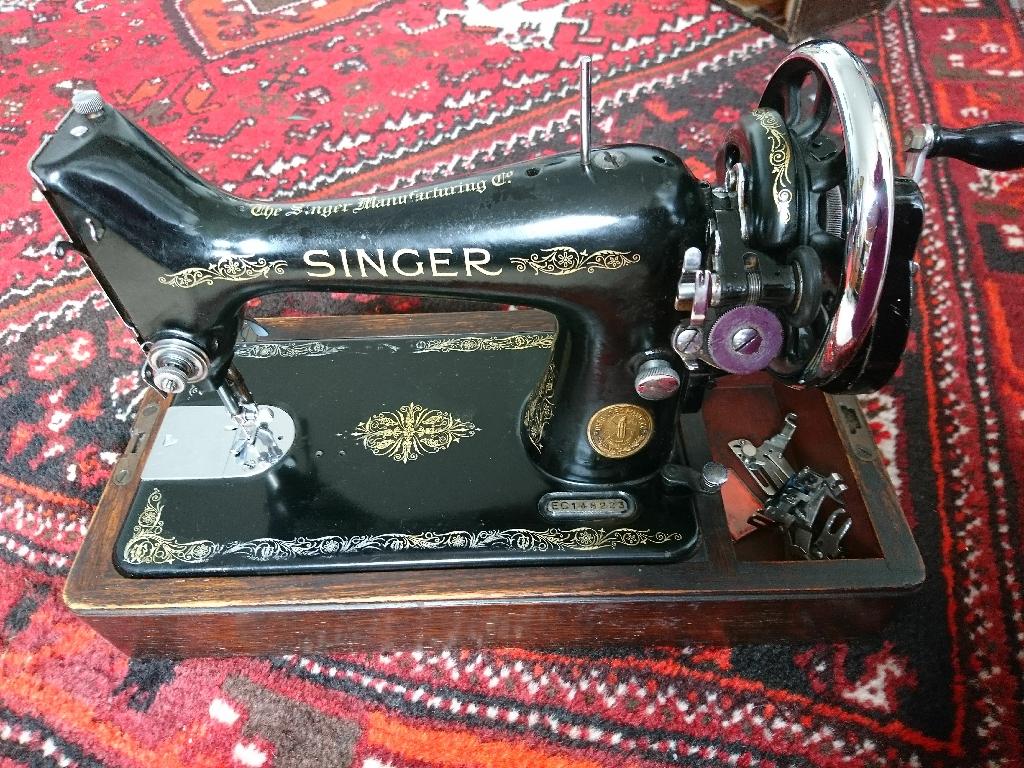 Vintage Singer Sewing Machine - manual / hand-cranked