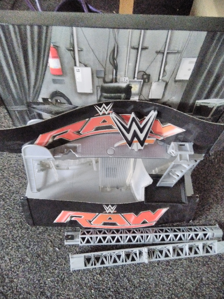 Wrestling ring 15 figures and extras £20 lot