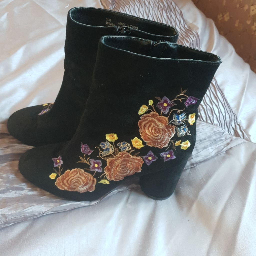 Ladies size 6/39 River island boots.