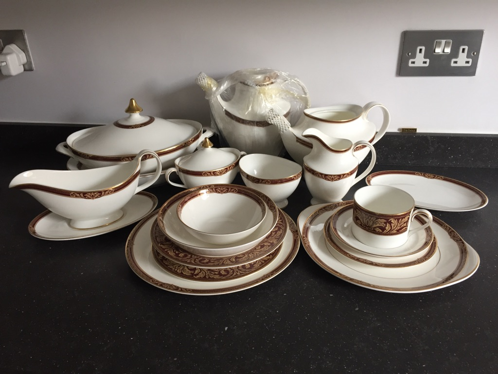 ROYAL DOULTON DINNER/TEA SERVICE