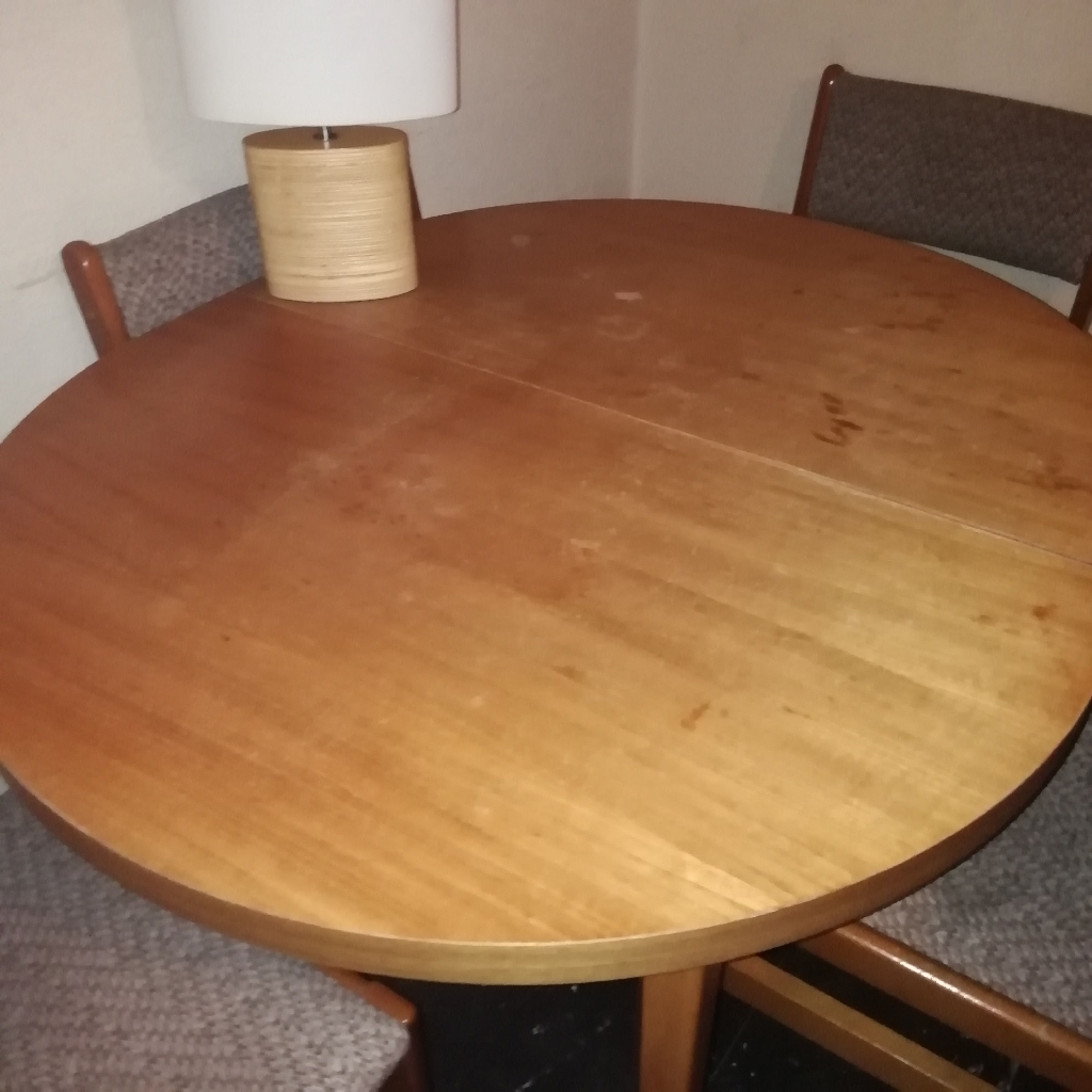 Table and 4 chairs - Extendable