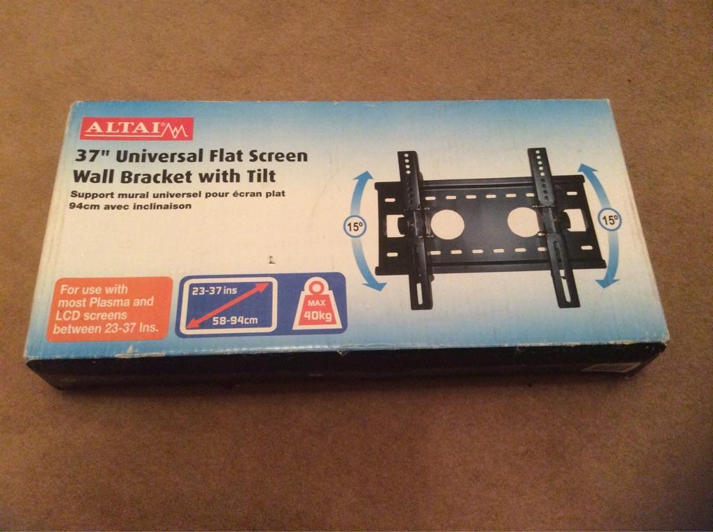 Universal TV wall bracket with tilt feature