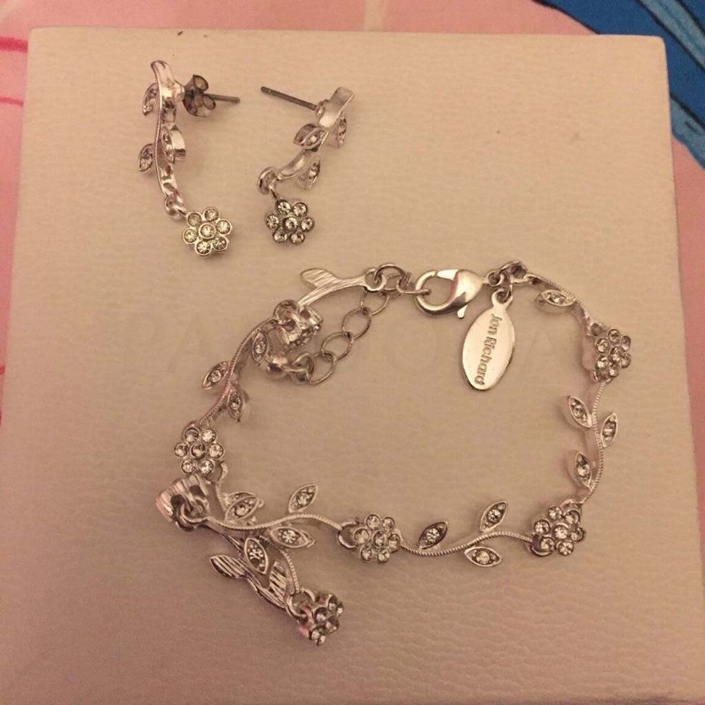 Silver bracelet nd earrings