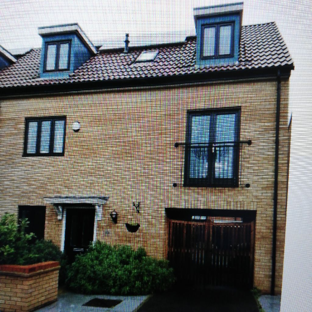 Modern 5 bed house in sought after area of Westcroft