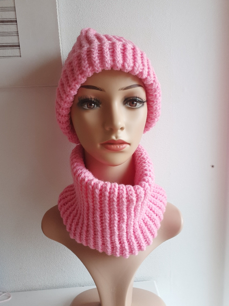 Handmade knitted hat and cowl per set