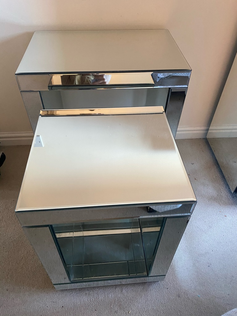 Next mirrored nest of tables