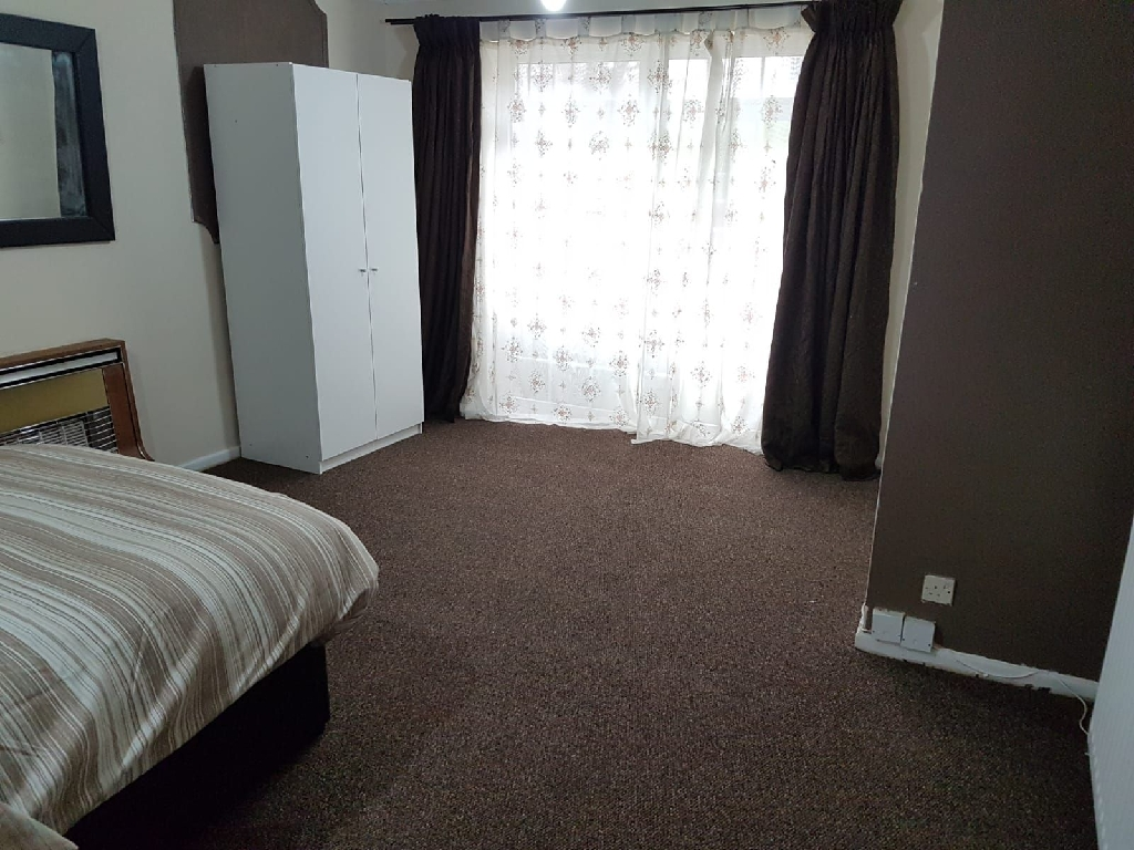 4 double bedrooms to rent in west bromwich!!!!!