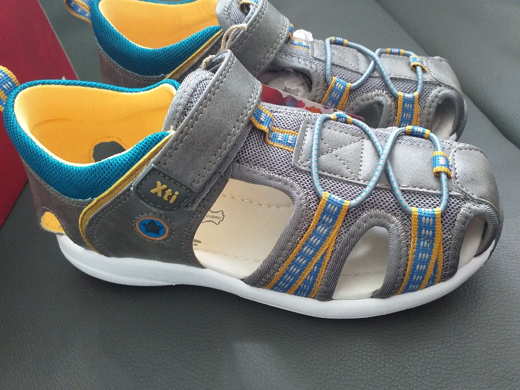 Kids sandals size 11,5 UK new.