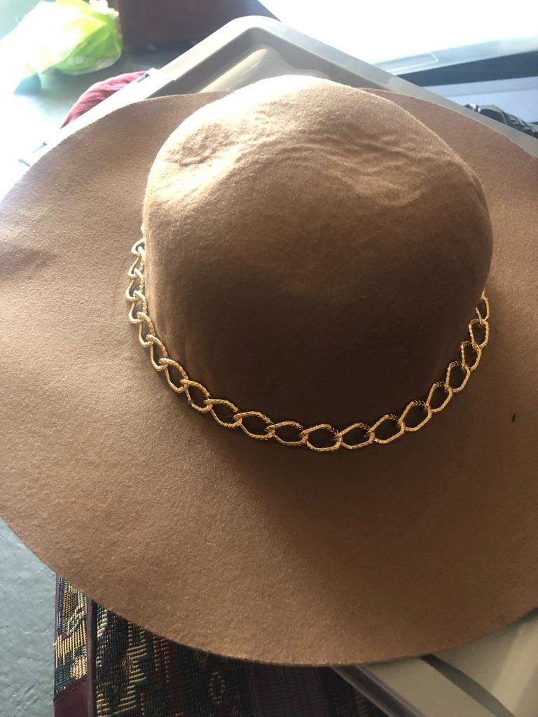 Gold chain beige hat