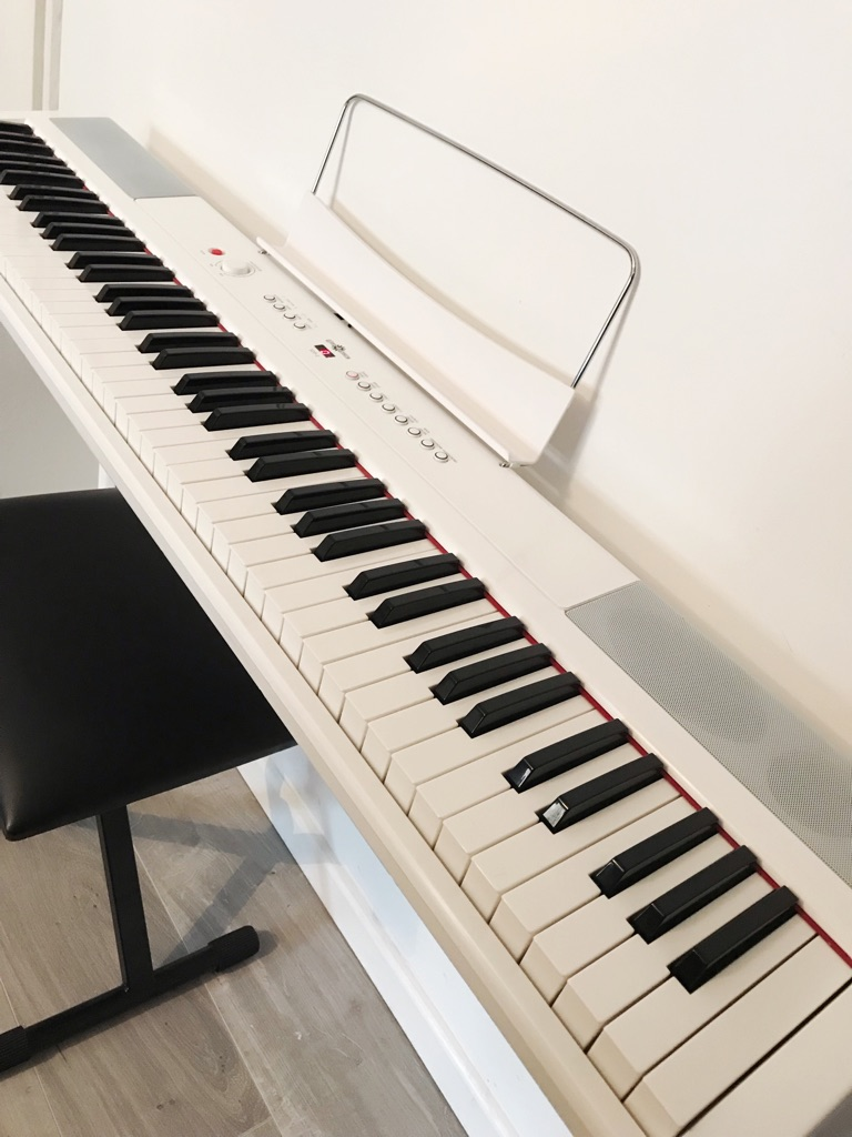 Electric Piano + high quality stand, bench and sustain pedal