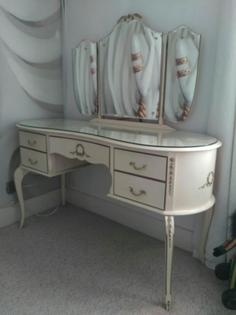 Vintage cream dressing table
