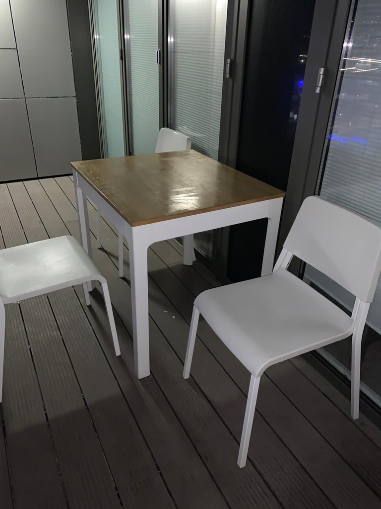 Extendable table (+3 chairs)