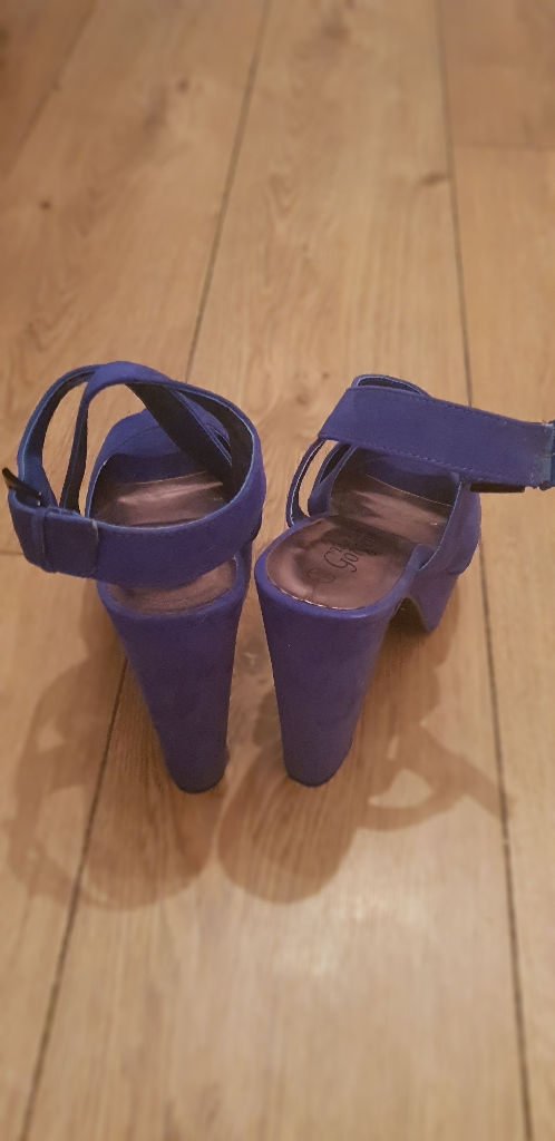 2 Paris of size 5 womens shoes