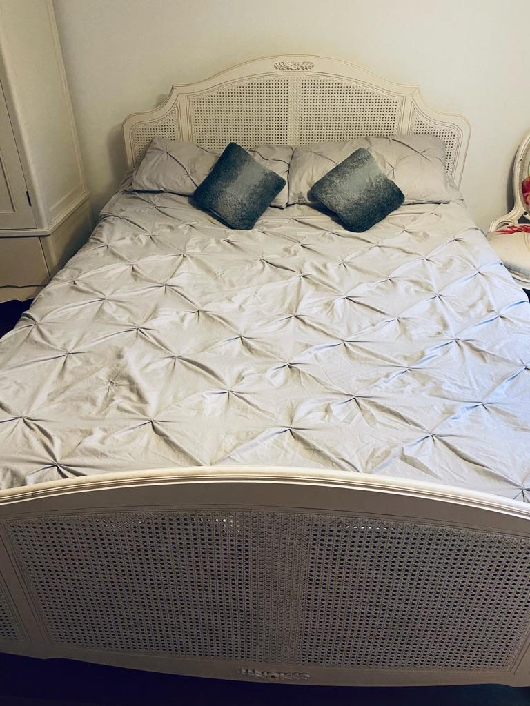 Solid bedroom furniture set