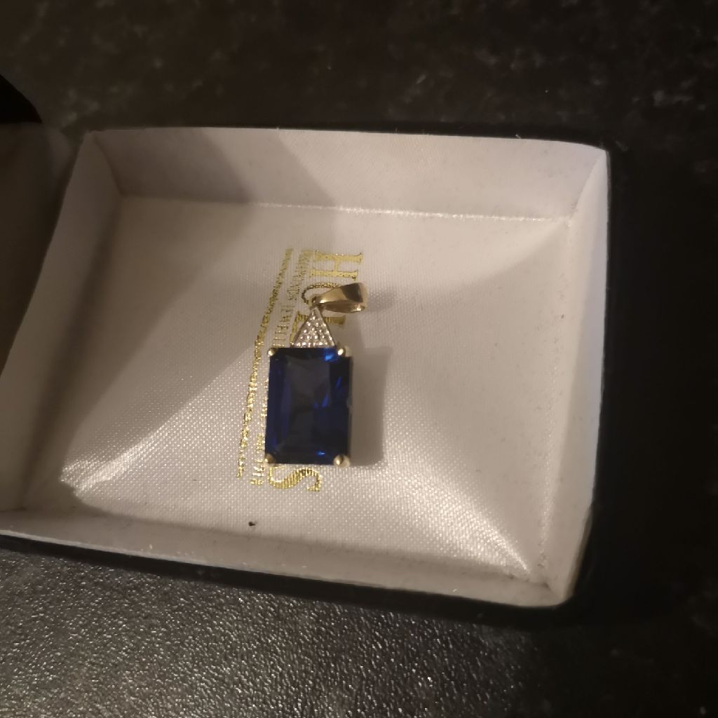 9ct gold and blue pendant