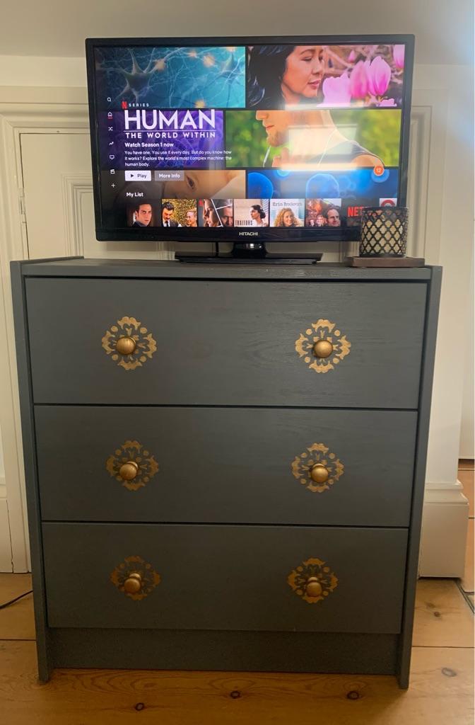 "Smart TV 24"" HITACHI, small dresser, table lamp"