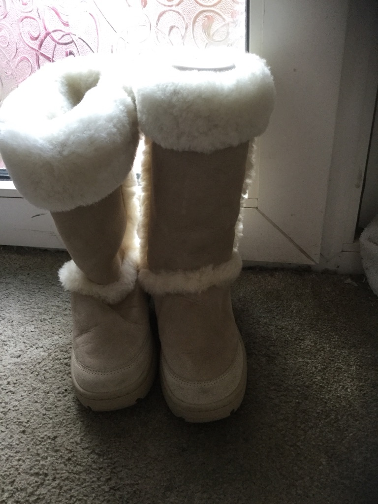 Fantastic Ugg ladies size 8 Boots