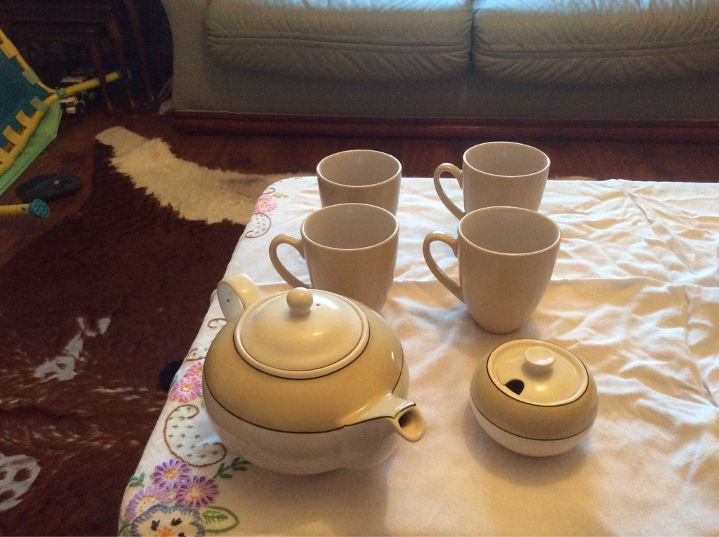 Teapot sugar bowl 4 piece dinner service and mugs
