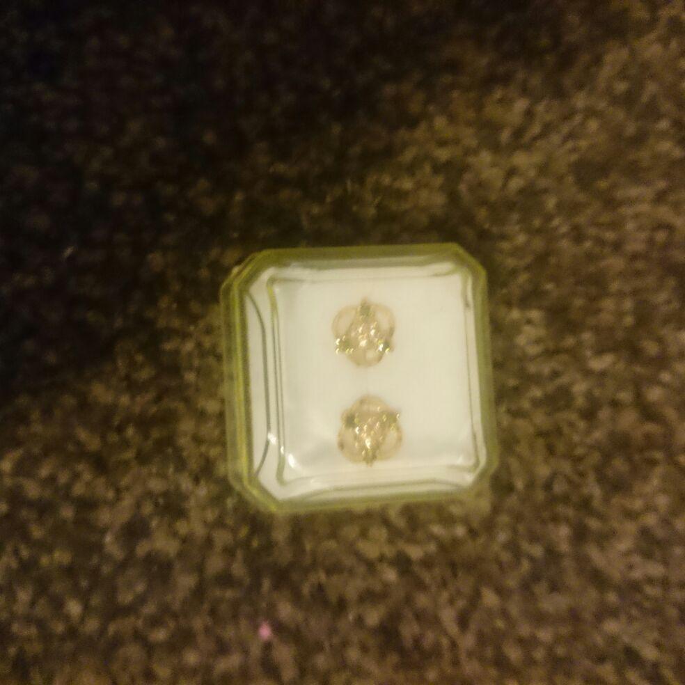 18 carat gold stud earrings, New
