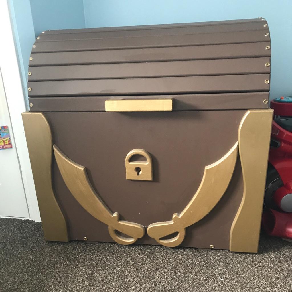 Pirates treasure chest toy box