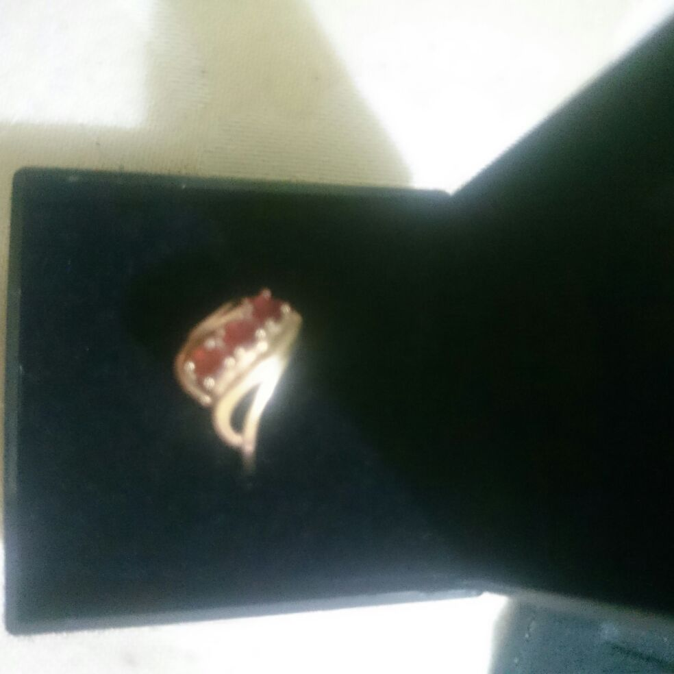 3 stone garnet set ring, pre owned, in excellent condition