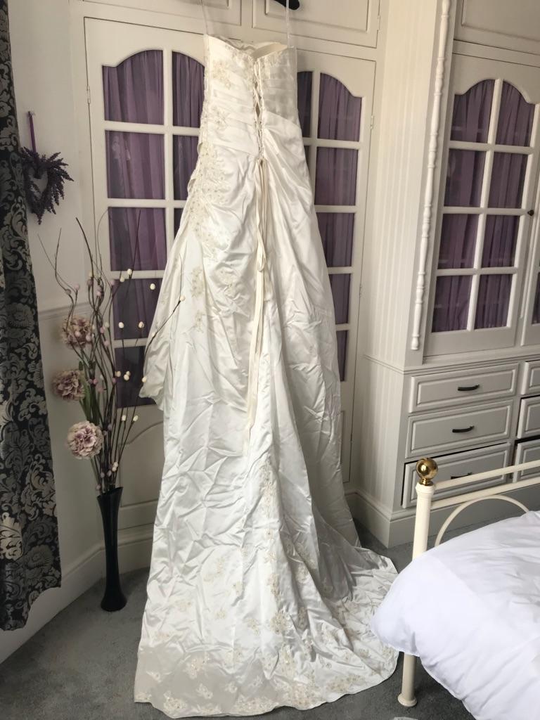 Wedding dress (Essence of Australia)
