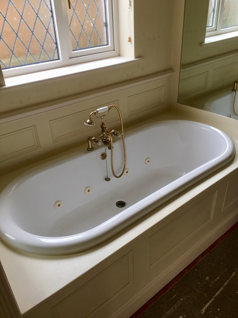 Harold Moore Whirpool (jacuzzi) bath complimentary with w/c and sink