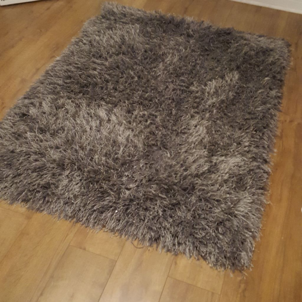 Grey shaggy rug with silver strands in