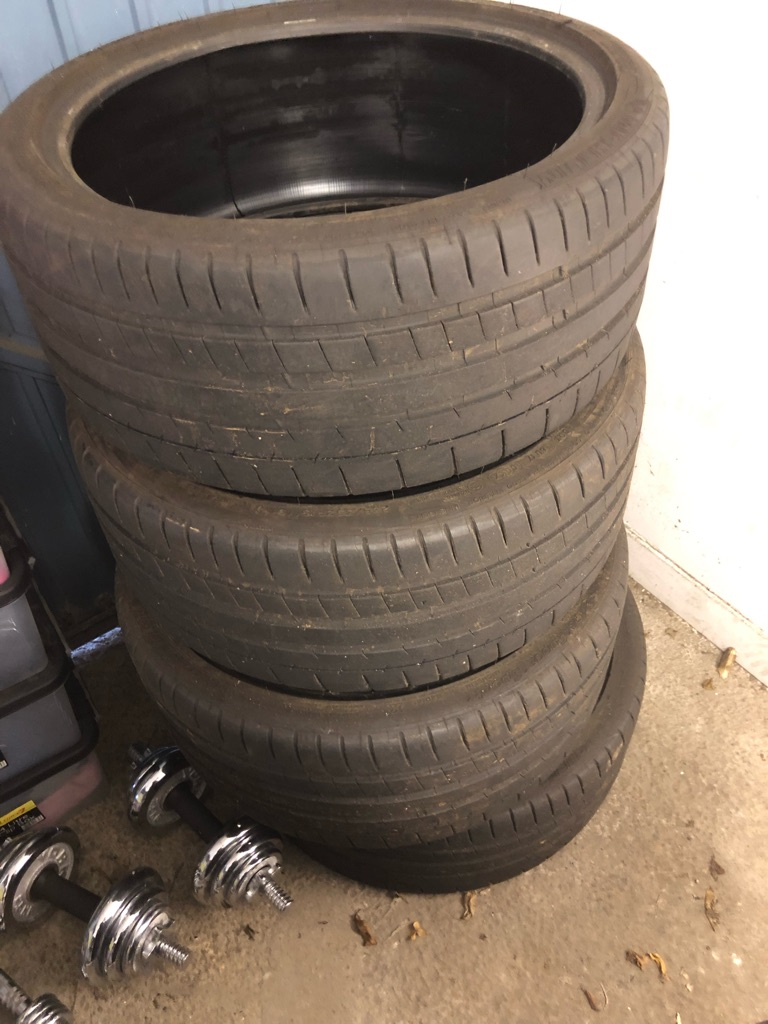 4 Michelin Pilot Super Sport tyres.