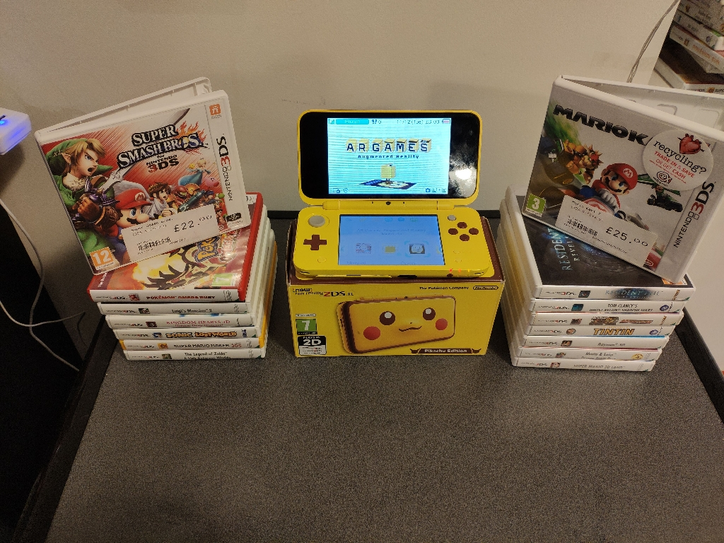 Nintendo 2ds xl Pikachu plus 15 games
