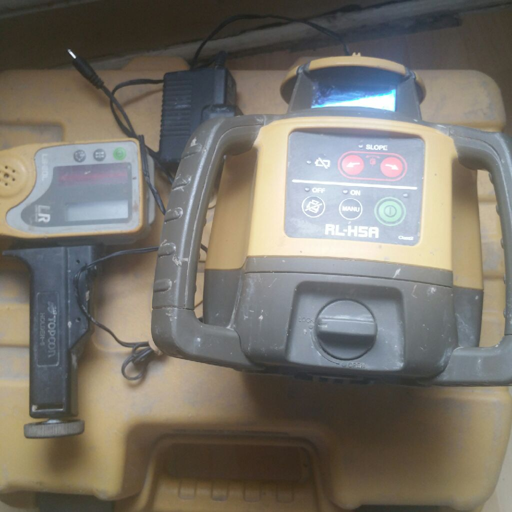 Top con laser level with charger
