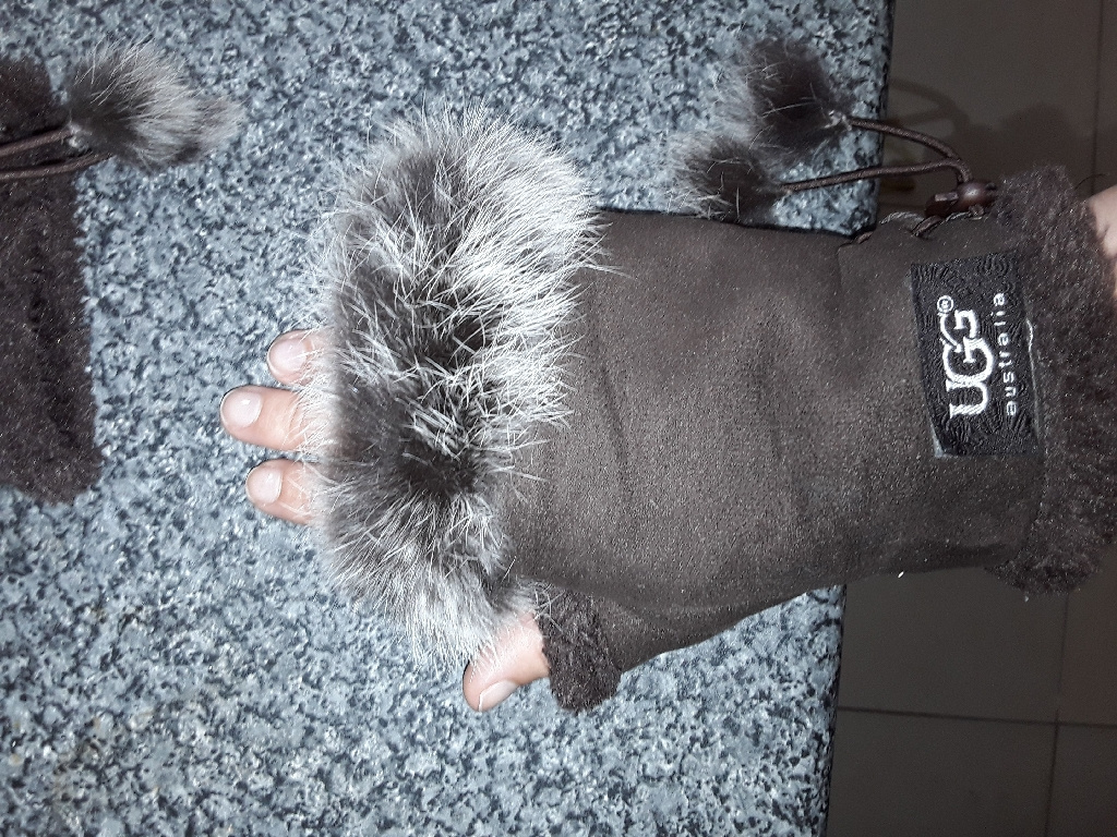 Ugg, fluffy gloves/mittens