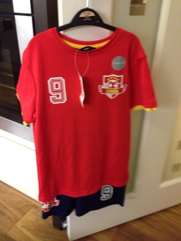 Spain football kit 9-10 yrs
