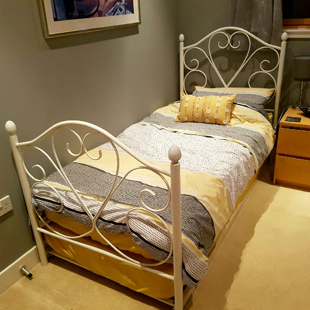 White frame single guest/day bed with 2 mattresses