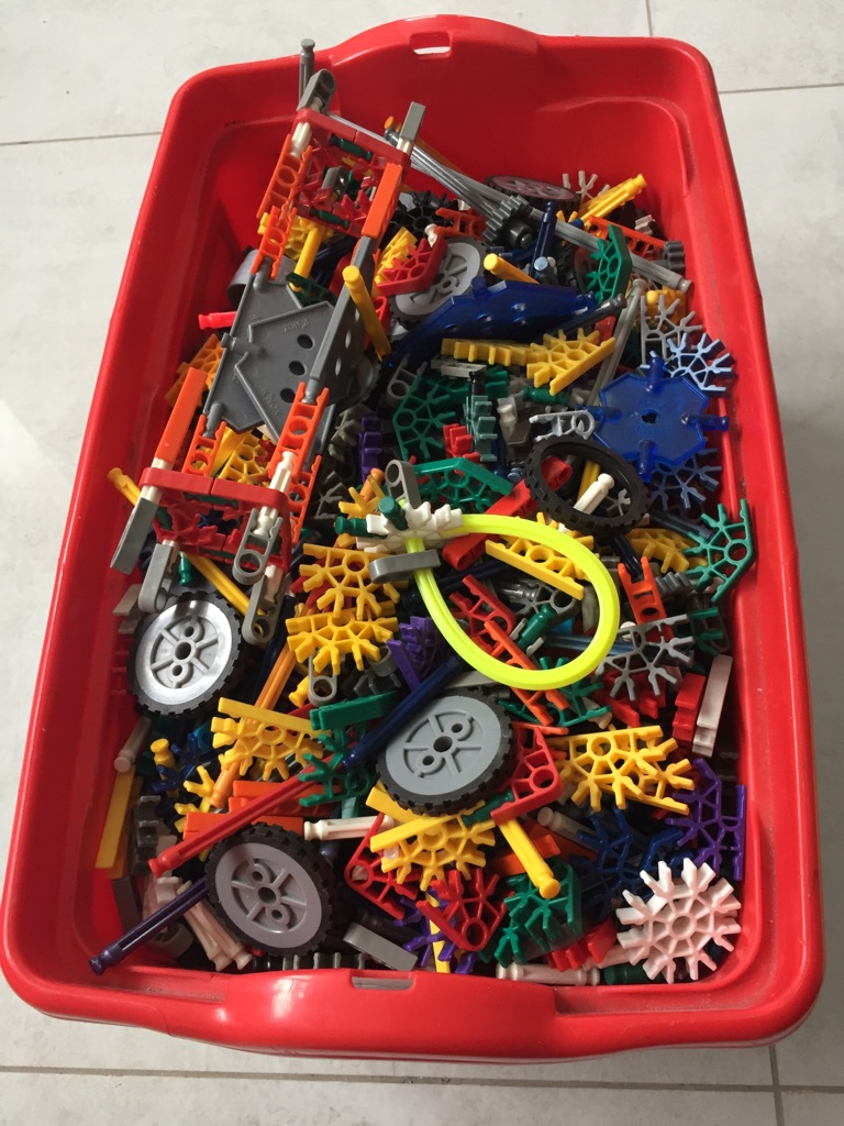 Over 1000 pieces of K'Nex for collection