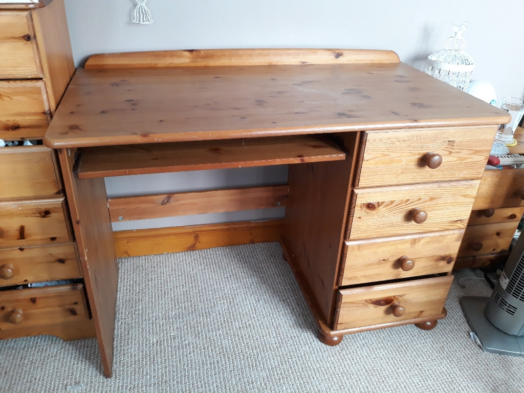 Pine desk 4 drawers and pull out keyboard shelf