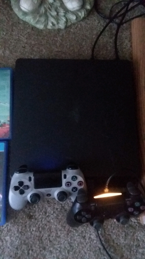 Ps4 slim 1tb with 4 games and 2 controllers