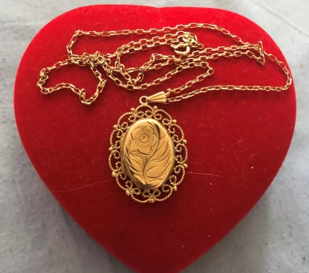 """9ct Gold Oval Heavy Large Locket Pendant on 9ct Gold Belcher Chain 22"""" weight 9g"""